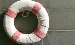 Röd och vit lifesaver nära simbassäng Royaltyfria Foton