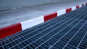 Röd och vit målarfärg för ingen parkering Arkivbilder