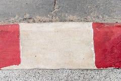 Röd och vit målarfärg på gatan för ingen parkering Royaltyfri Foto