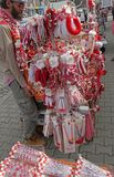 Röd och vit martenitsi på den utomhus- marknaden för martenici på gatan i Sofia, Bulgarien på Februari 8,2016 Fotografering för Bildbyråer