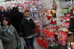 Röd och vit martenitsi på den utomhus- marknaden för martenici på gatan i Sofia, Bulgarien på Februari 8,2016 Royaltyfria Bilder
