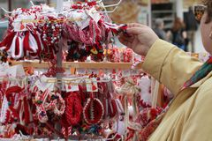 Röd och vit martenitsi på den utomhus- marknaden för martenici på gatan i Sofia, Bulgarien på Februari 8,2016 Royaltyfri Fotografi