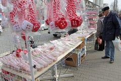 Röd och vit martenitsi på den utomhus- marknaden för martenici på gatan i Sofia, Bulgarien på Februari 8,2016 Royaltyfri Bild