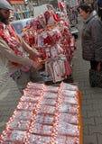Röd och vit martenitsi på den utomhus- marknaden för martenici på gatan i Sofia, Bulgarien på Februari 8,2016 Royaltyfria Foton