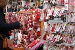 Röd och vit martenitsi på den utomhus- marknaden för martenici på gatan i Sofia, Bulgarien på Februari 8,2016 Arkivbilder