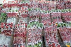 Röd och vit martenitsi på den utomhus- marknaden för martenici på gatan i Sofia, Bulgarien på Februari 8, 2016 Arkivbilder