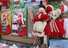 Röd och vit martenitsi på den utomhus- marknaden för martenici på gatan i Sofia, Bulgarien på Februari 8, 2016 Royaltyfria Bilder