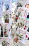 Röd och vit martenitsi på den utomhus- marknaden för martenici på gatan i Sofia, Bulgarien på Februari 22, 2018 Martenitsa eller  Royaltyfri Bild