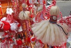 Röd och vit martenitsi på den utomhus- marknaden för martenici på gatan Martenitsa eller martenitzaen ges på 1st mars som ett sym Arkivbilder