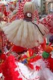 Röd och vit martenitsi på den utomhus- marknaden för martenici på gatan Martenitsa eller martenitzaen ges på 1st mars som ett sym Fotografering för Bildbyråer