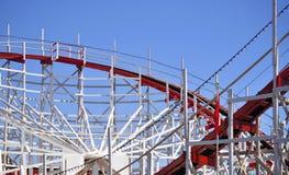 Röd och vit Rollercoaster en Royaltyfri Bild