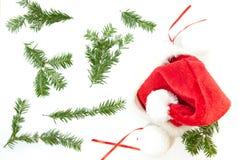 Röd och vit santa julhatt på vit bakgrund med kopieringsutrymme Royaltyfria Foton