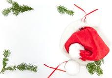Röd och vit santa julhatt på vit bakgrund med kopieringsutrymme Royaltyfria Bilder