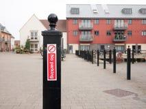 Röd och vit teckenklistermärke för ingen parkering på svart metallpoloutsid Arkivbilder