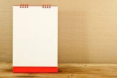 Röd och vitbokkalender på en trätabell Royaltyfri Fotografi