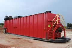 Röd oljefältfracbehållare  Arkivfoto