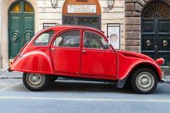 Röd oltimerCitroen 2cv6 special bil, sidosikt arkivfoto