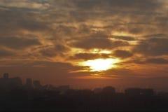 Röd orange himmel för solnedgångstad arkivbild