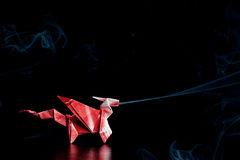 Röd origami Dragon With Blue Smoke Royaltyfri Foto