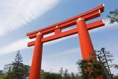 Röd otorii av den Heian Jingu relikskrin i Kyoto Japan Royaltyfria Bilder