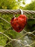 Röd padlok med tysk uttrycks` älskar jag dig `, Arkivfoton