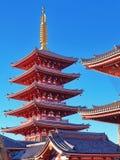 Röd pagod med den guld- kronaaxeln i Tokyo Japan arkivfoto