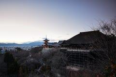 Röd pagod på den Kiyomitzu templet Fotografering för Bildbyråer
