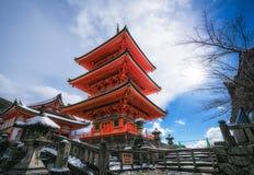 Röd pagod på den Kiyomizu deratemplet Arkivfoton