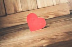 Röd pappers- hjärta på en wood bakgrund Royaltyfri Foto