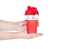 Röd pappers- kaffekopp med den santa hatten Royaltyfri Foto