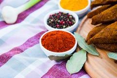 Röd paprika i ett tefat Kryddor på bakgrunden av tableclen royaltyfri foto