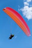 Röd paraglider i den blåa himlen Royaltyfria Foton