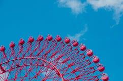 Röd pariserhjul mot en blå himmel Royaltyfri Bild