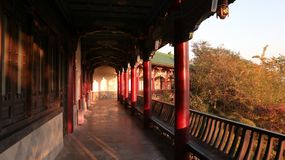 Röd paviljong, traditionell kinesisk arkitektur, pagod för Hong En Templeï ¼ŒBuddhist tempel arkivfoto