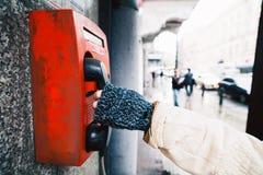 Röd payphone på väggen Royaltyfri Foto