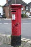 Röd pelarstolpeask, London, UK Konung George Arkivfoto