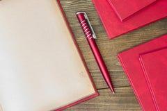 Röd penna, röd bok Fotografering för Bildbyråer