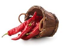 Röd peppar i korg Arkivfoton