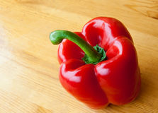Röd peppar på trätabellen Fotografering för Bildbyråer