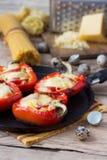 Röd peppar som är välfylld med pasta och ost Royaltyfri Foto