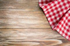 Röd picknicktorkduk på träbakgrund Servettbordduk på gammal w Arkivfoto