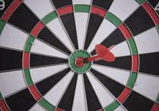 Röd pil för mål på mitt av darttavlan begreppsaffärsmål Royaltyfria Foton