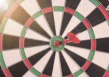 Röd pil för mål på mitt av darttavlan begreppsaffärsmål Arkivfoton