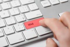 Röd pil med DDOS-attackslogan på en grå bakgrund arkivbild