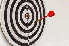 Röd pil på dartboard arkivfoto