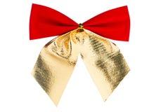 Röd pilbåge för jul med det guld- bandet som isoleras på vit backgroun Arkivfoto