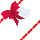 Röd pilbåge och band för gåvainpackning plus en etikett (den sneda ordningen) Arkivbilder