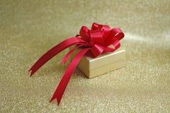 Röd pilbåge och julgåva Royaltyfri Bild
