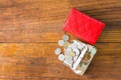 Röd plånbok på trätabellen Arkivfoto