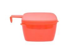 Röd plast- matbehållare med det isolerade locket arkivbilder